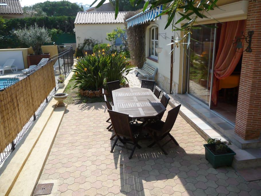 Terrasse avec petit jardin à l'arrière