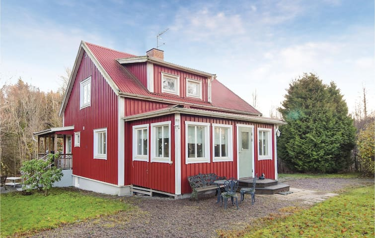 Holiday cottage with 3 bedrooms on 127 m² in Hällekis