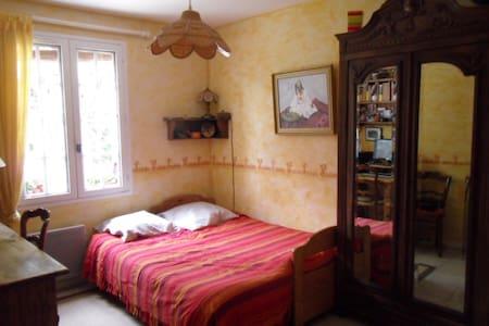 jolie chambre à la campagne - Villecroze - House