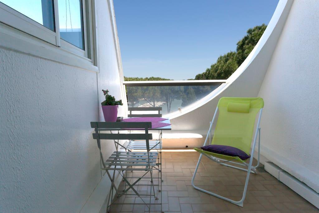 Petite terrasse agréable vue directe sur le petit port du Ponant