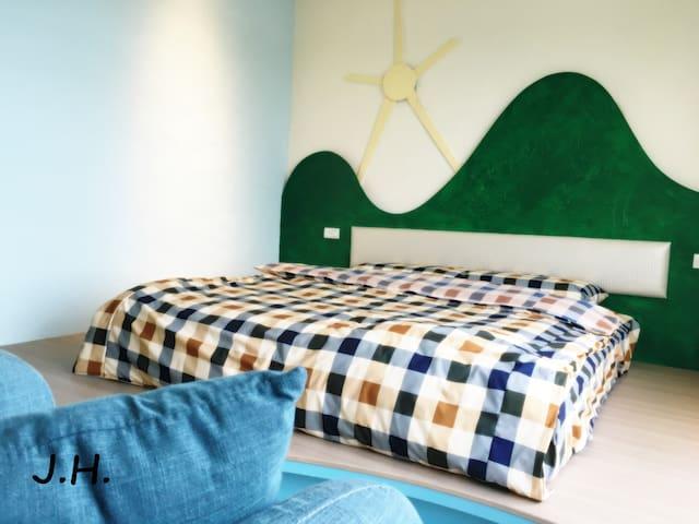 房內6*6.2 Queen size獨立筒舒適床墊,天然乳膠枕,MIT舒服棉床巾被。~放鬆舒服一整眠。