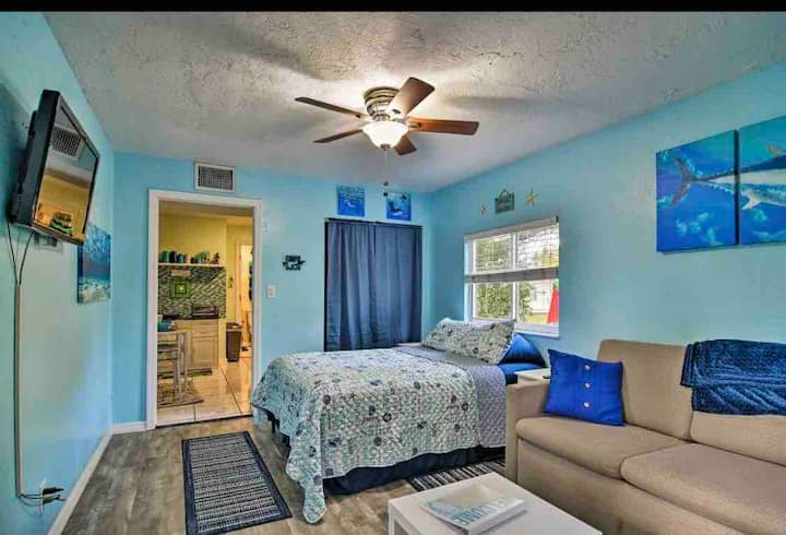 Bright Beach Theme Suite - Centrally Located