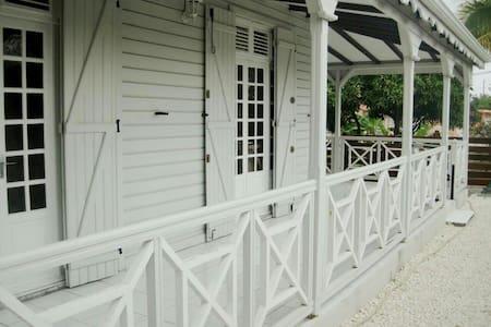 Villa Mango typique de la Gadeloupe - Ház