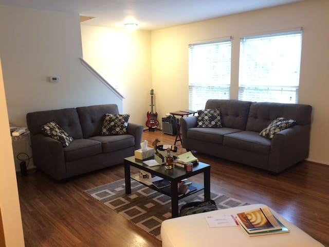 Private room. 2 mi from UMich Central Campus