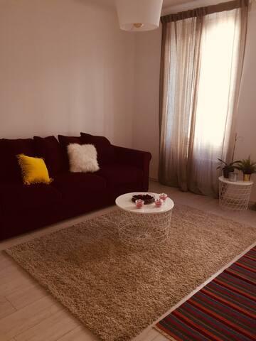 Le salon composé d un canapé, télé, wifi. Assez lumineux