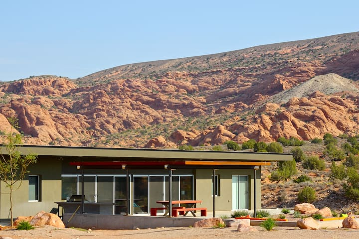 Secluded, Amazing Views, Garages, Hot Tub-sleeps 9 - Moab - Haus