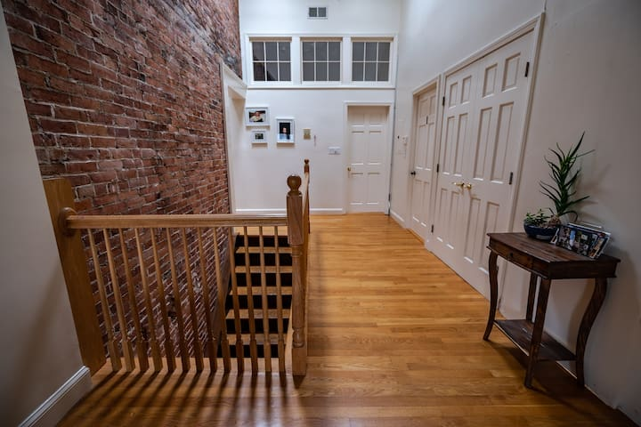 Charming Loft w. Jacuzzi - 20min to Boston