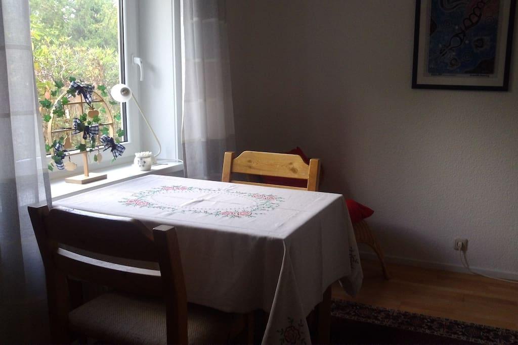Tisch mit zwei Stühlen...