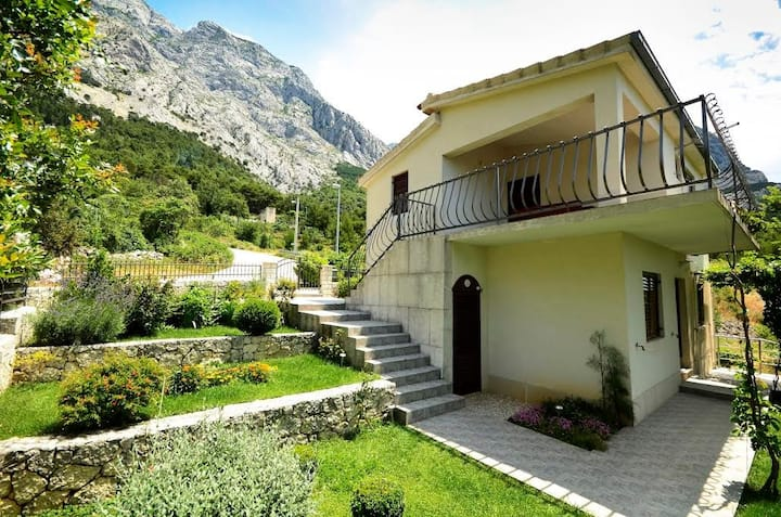 Apt for 4 persons with a/c in Baška Voda R57234