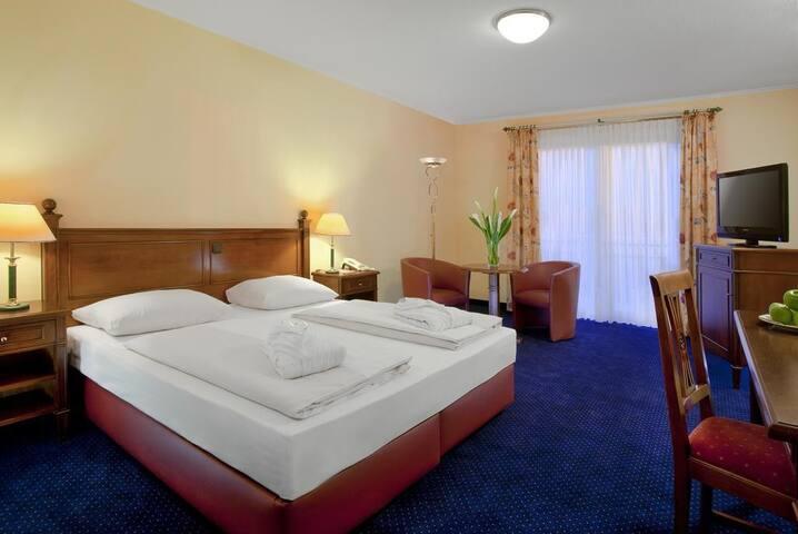 Dorint Marc Aurel Resort (Bad Gögging), Deluxe Zimmer (ca. 32qm) mit Doppelbett mit Balkon, Golfplatzseite