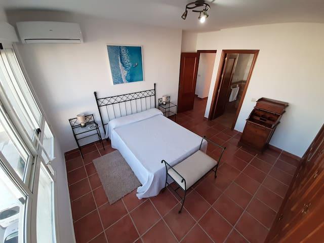 Dormitorio principal con vistas. Baño con ducha. Armario. Aire acondicionado.