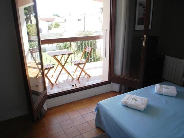Chambre 12m2 dans villa avec balcon et TV