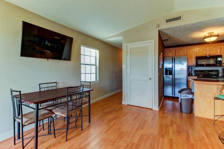 Charming seaside getaway with shared fitness center, tennis, pool, & hot tub!