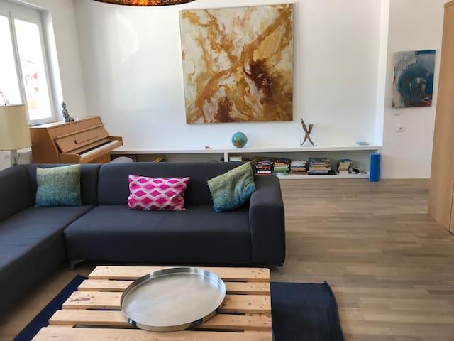 große modern umgebaute Wohnung  mit tollen Garten