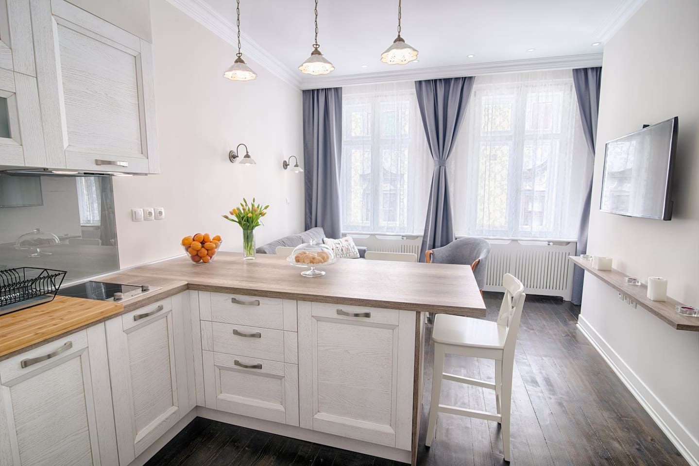 Lovely bright appartment in old city centre offers everything big ones have.