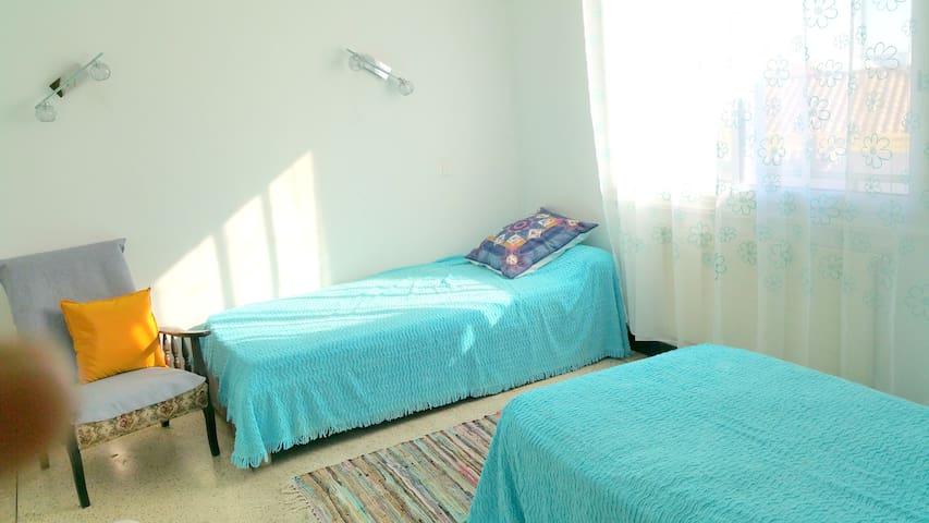 Chambre 2 : 2 lits en 100 - fauteuil - grands placards rangement