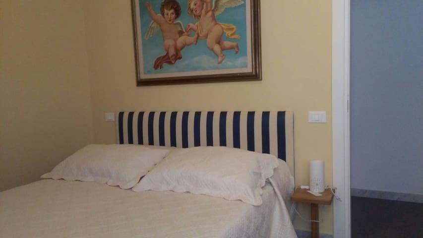 Camera da letto con particolare sull ' opera d' arte sopra il letto