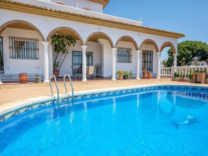 Elegant Modern 6BR Villa Solea by Rafleys, 5 mins Walk to the Beach, Air Con