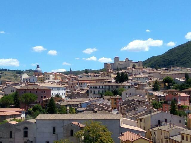 Vista della città e, sullo sfondo, la Rocca Albornoziana