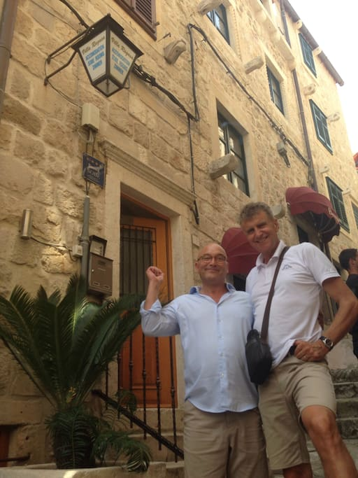 Gregg Wallace and Pero in front of Villa Ragusa
