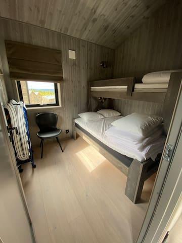 Sovrum 2, familjesäng (90/140) med plats för 3 personer samt extrasäng finns