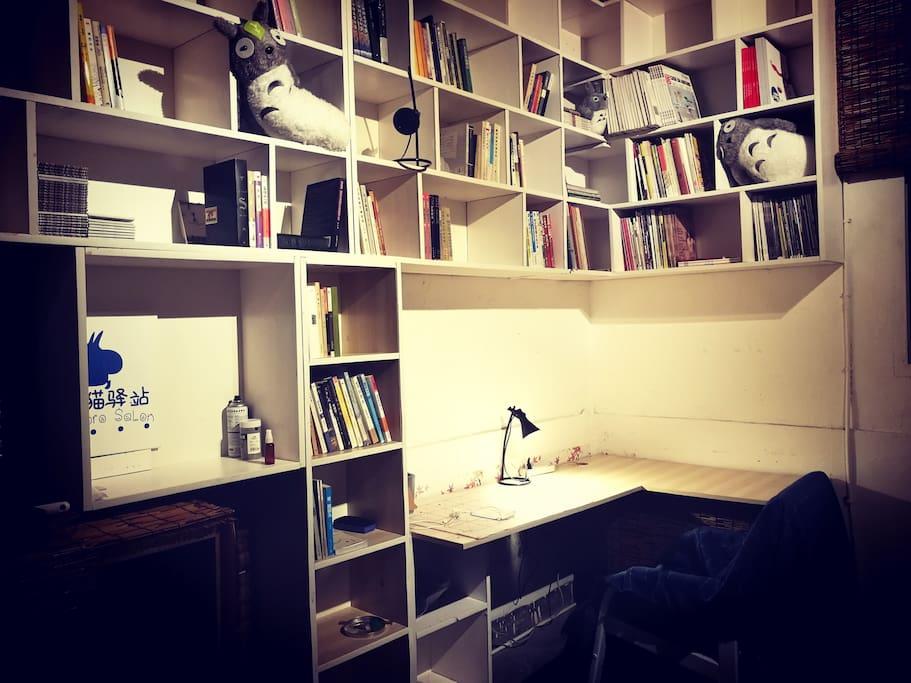 小客厅的书架上,有小说,哲学,建筑,文艺等方面的书~主人是龙猫控。看出来了吗?