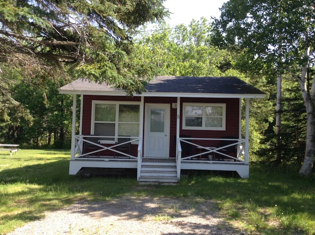 Cottage -two double beds 5 min to port Hawkesbury