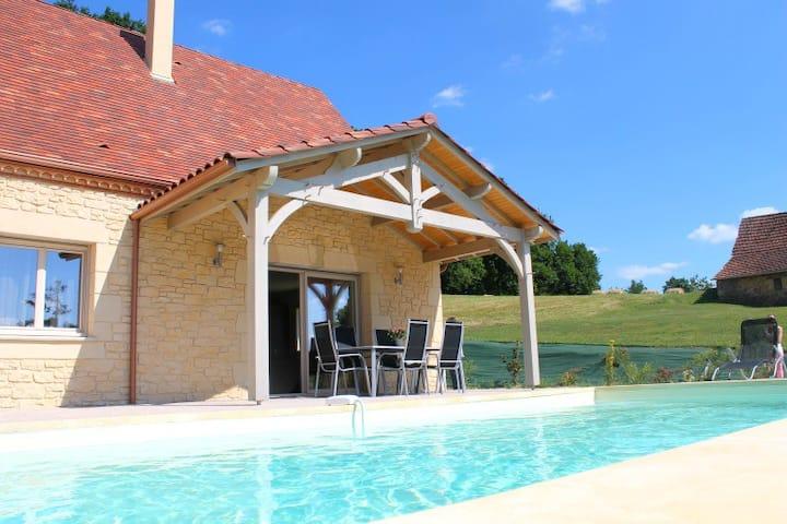 Petite Sarladaise avec piscine privée et chauffée
