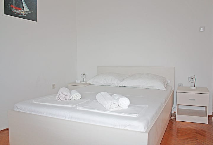 Double bed room near city center 3