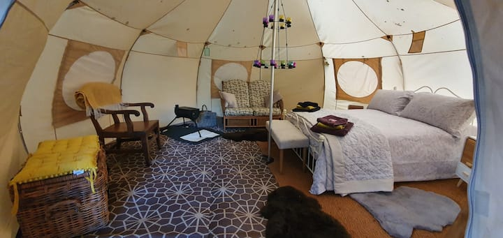 Luxury glamping in secluded spot by wildlife pond.