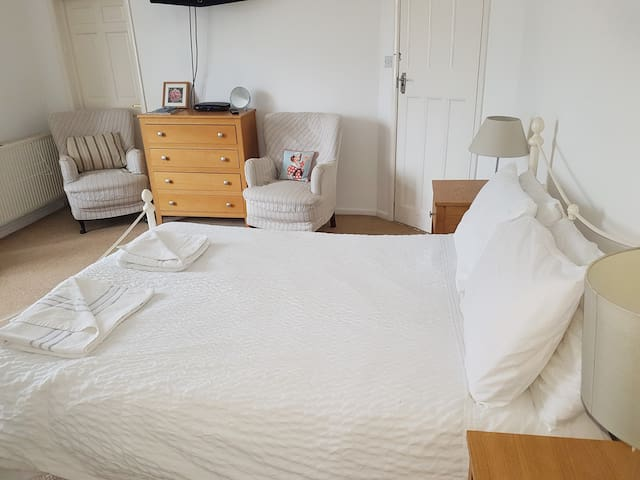 Lovely room close to sea and shops with parking R4