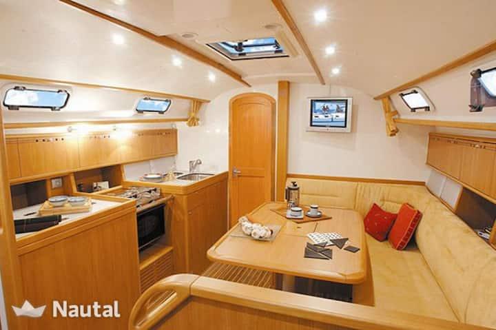 Bo i seilbåt i Arendal gjestehavn.