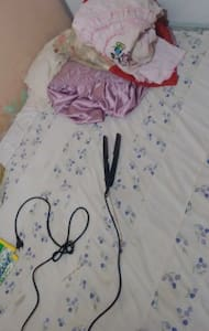 Quarto simples, sem porta, com cama - João Pessoa