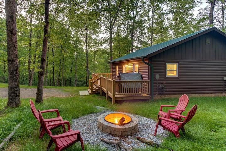 CHARMING 2 BEDROOM LOG CABIN | FIRE PIT & HOT TUB