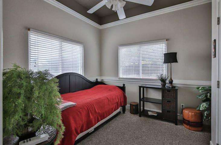 Peaceful, Cozy Home in North Colorado Springs