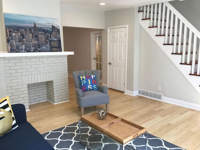 Newly Renovated Chic 4Bed House - 2 Car Garage