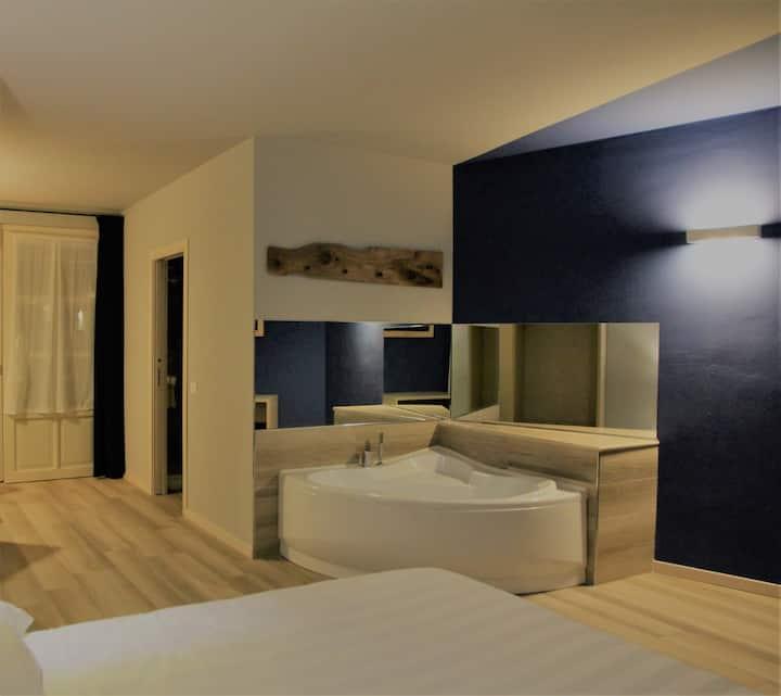 Camera con ampia vasca angolare in Franciacorta