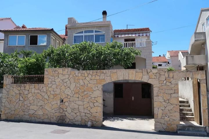 Apartment Brti - 250 m from beach: A2 SMEĐI(2) Supetar, Island Brac