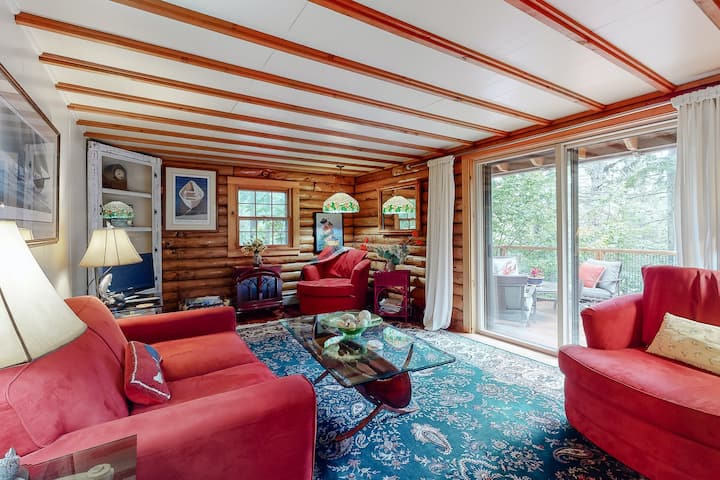 Beautifully updated log cabin w/lovely garden & beach access - minutes to town!