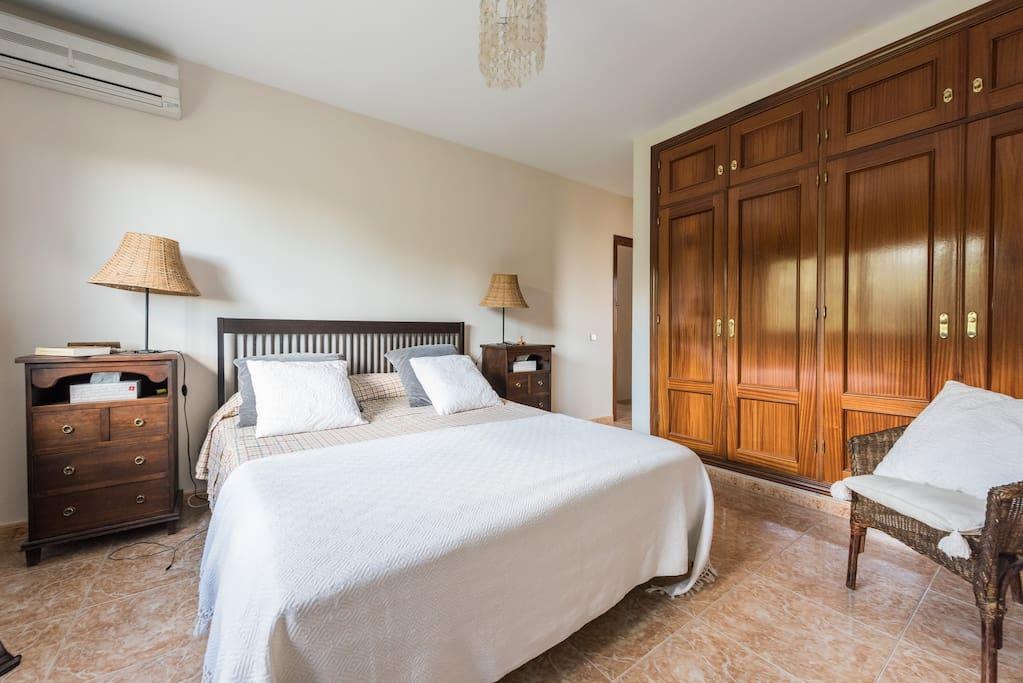 Dormitorio principal con calefacción en invierno y aire acondicionado e verano