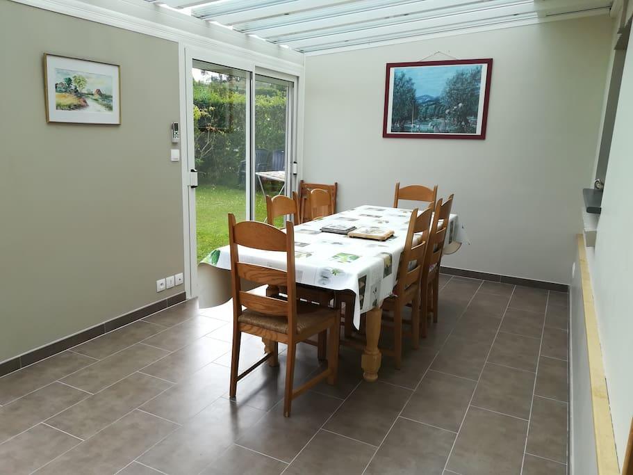 dans la vérandas, lieu agréable pour partager le repas avec table à manger + chaises
