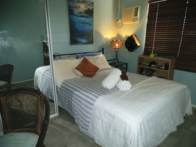 Dble bed. a/con., & overhead fan cooling