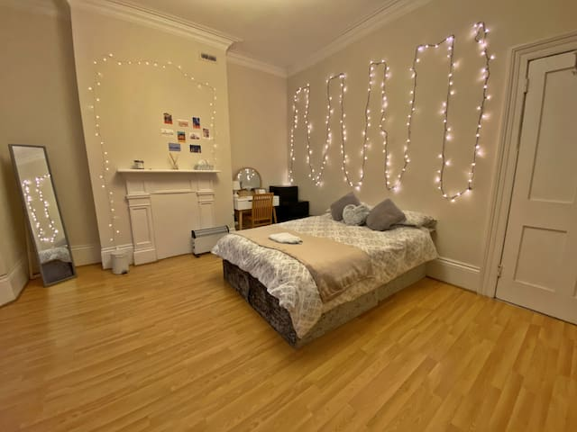 Bright,cosy double room close to ParsonsGreen Tube