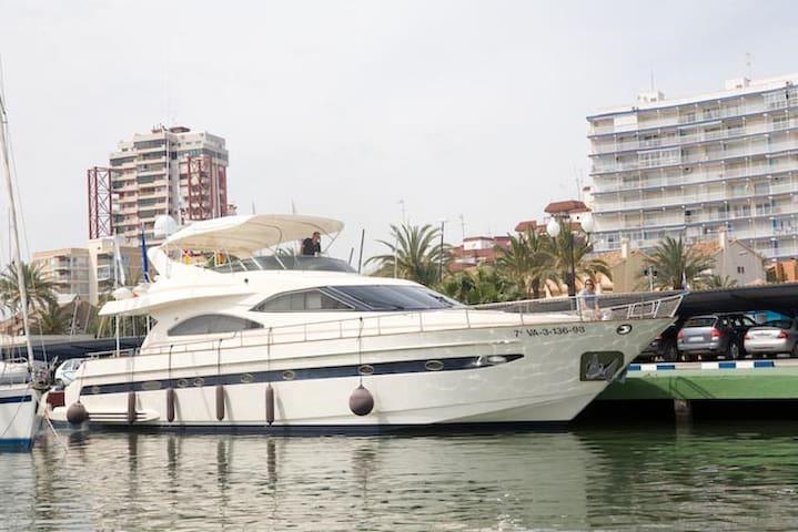Barco de 24 metros de eslora amarrado en puerto - La Pobla de Farnals