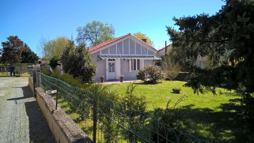 Location maisonnette de charme - Saint-Seurin-sur-l'Isle - House