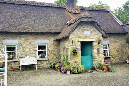 Thatched Cottage & Relaxing Gardens Kells Co Meath