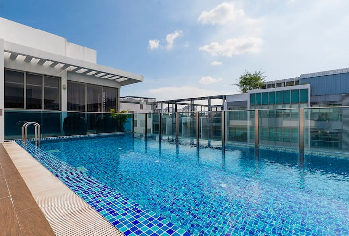 Modern Apartment with Pool Near City and MRT - Singapur - Wohnung