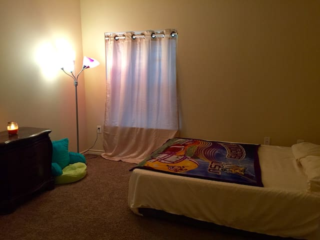 Private Room/Bathroom near DOW, Baton Rouge & LSU - Addis - Leilighet