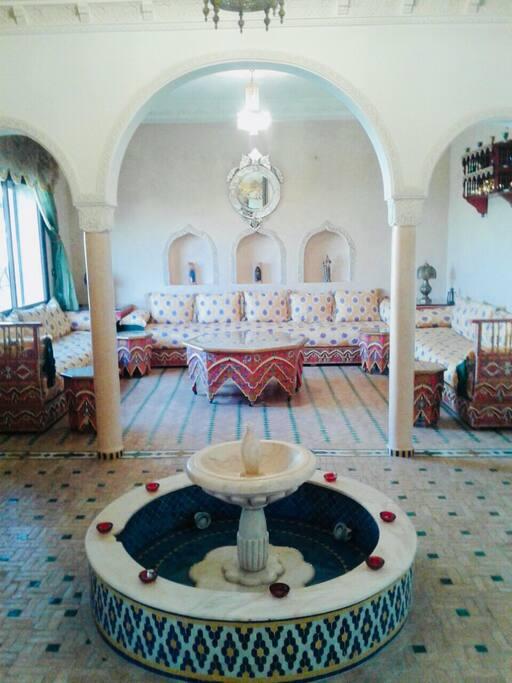 Salon marocain typique coloré et lumineux idéal pour se reunir autour d'un repas avec une atmosphère conviviale