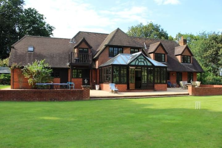 6 Bed, 5 acres, Private driveway, Gated, Secluded - Surrey - House